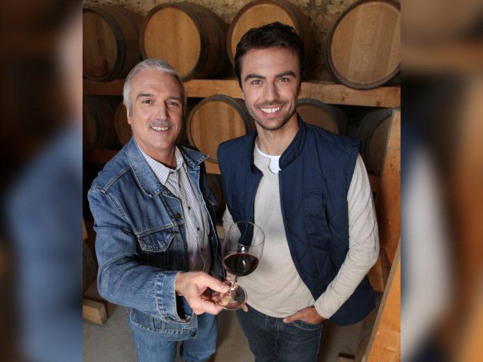 Padre e hijo trabajando en la misma empresa